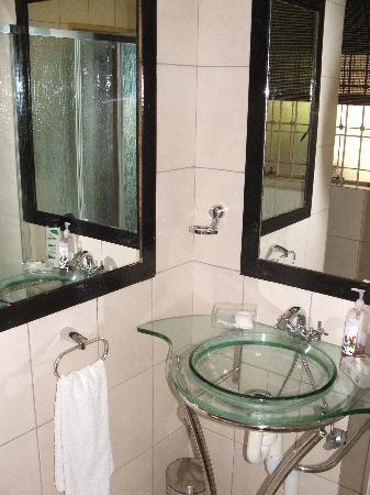 African Gardens Apartments: Bathroom