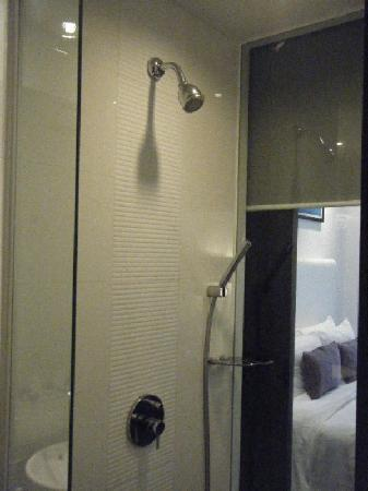 Grand Borneo Hotel: Shower