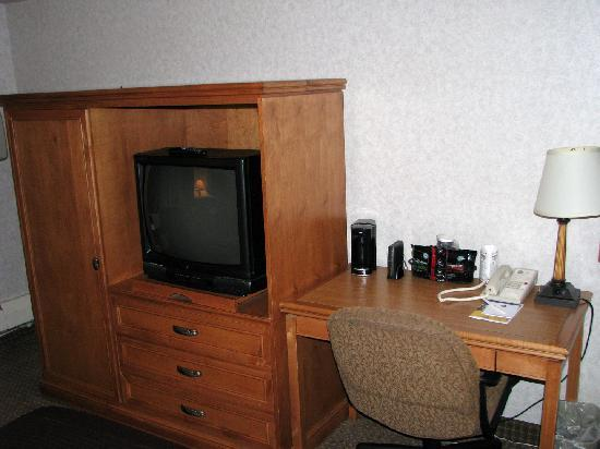 Best Western Plus Kelly Inn: TV and Desk (Desk chair had badly bent  back)