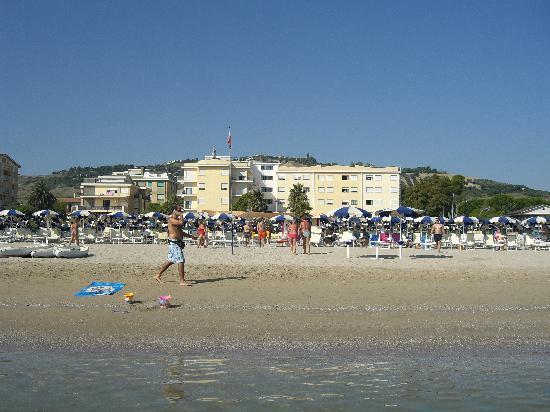 Roseto Degli Abruzzi, Italia: Albergo e spiaggia