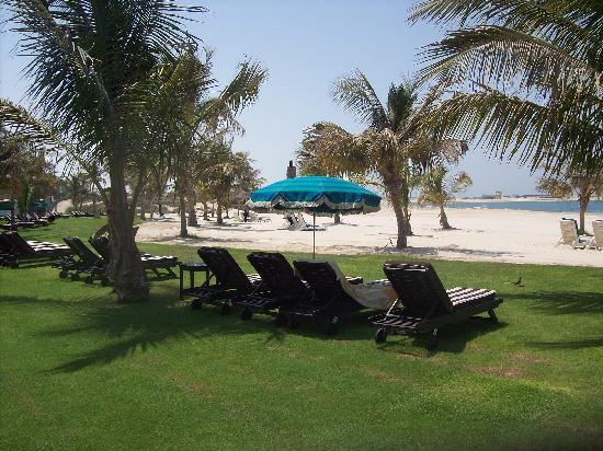 JA Jebel Ali Beach Hotel : la plage et les bains de soleils