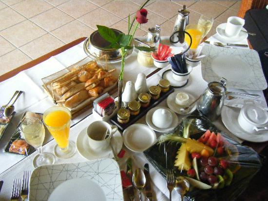 Dinarobin Beachcomber Golf Resort & Spa: Honeymoon breakfast on balcony