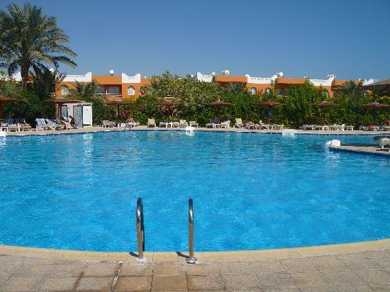 Movie Gate Golden Beach Hotel : une des piscine