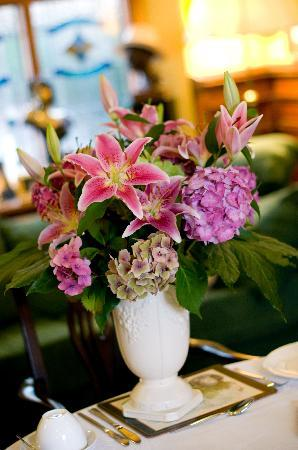 Laurel Villa: beautiful fresh flowers on each table