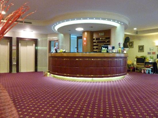 Lugano Dante Center Swiss Quality Hotel: The lobby at the Dante