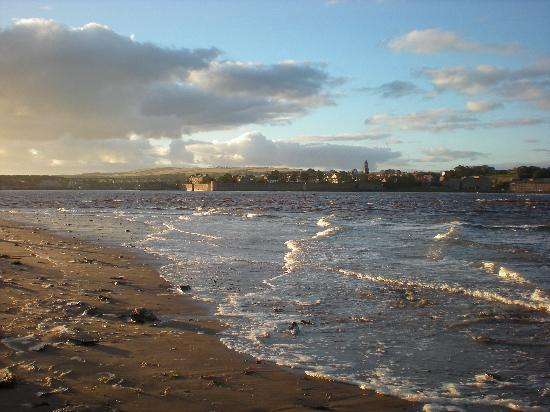 Old Vicarage Guest House: View of Berwick-Upon-Tweed from beach (15mins walk from Guesthouse)