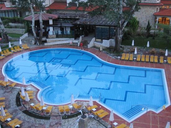 Helena Park Hotel : Udsigt fra balkon til  swimmingpoolen