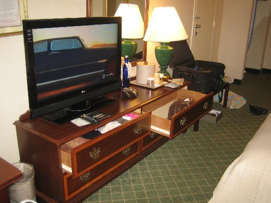 Holiday Inn Mt. Kisco (Westchester Cty) : The TV and desk drawers