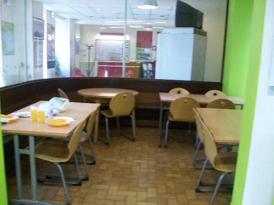 Carcassonne Youth Hostel : Mesas de la cocina