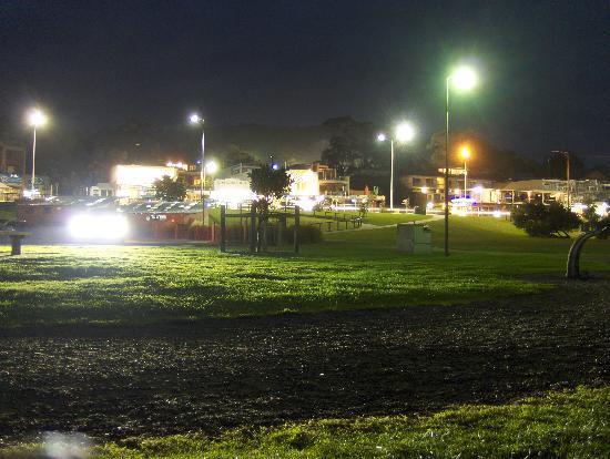 Lorne Coachman Inn: Beautiful Downtown Lorne at night