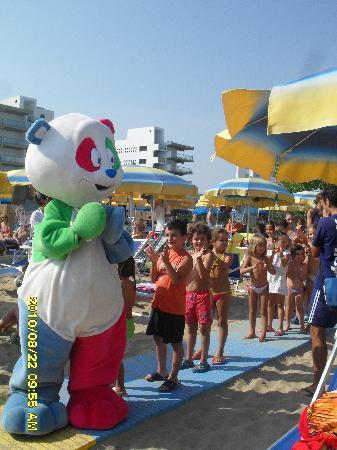 Hermitage Hotel Club & Spa: in spiaggia con la mascotte candy poo