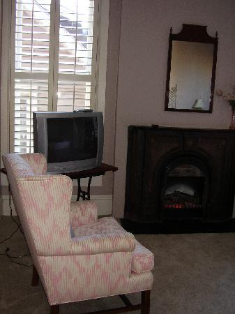 Market Street Inn: Fireplace and recliner