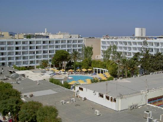 Mitsis Petit Palais Beach Hotel : View to the left. The roof of the shops opposite with The Metsis Grand pool beyond