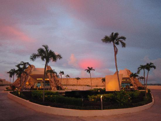Grand Sirenis Riviera Maya Resort & Spa: Front of hotel-sunset