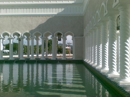 Brunei: soas mosque ablution pool