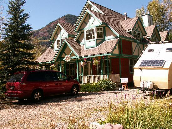 Crystal Dreams Bed and Breakfast: Crystal Dreams is located in a small town with fantastic scenery