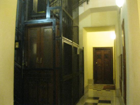 Hotel Hiberia: Elevator