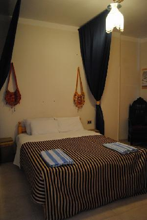 فندق مارا: bed room1