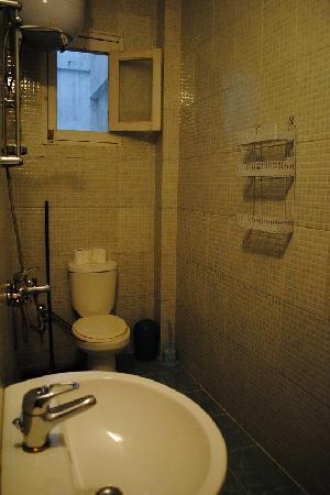Mara House: shower room