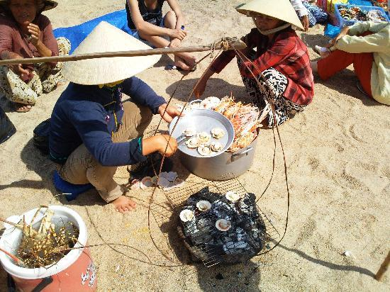 Angella Hotel : Ladies cooking my sea food