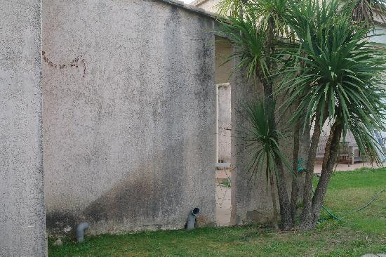 Chambre d'hotes Padovani Sylvie : Vue de notre terrasse, mur très sal, aucune propreté