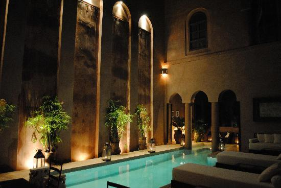 Riad Noir d'Ivoire: The pool at night
