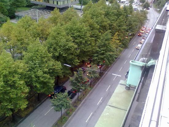 Hotel Alster-Hof: Die Straße vor dem Hotel, man hört sie definitiv