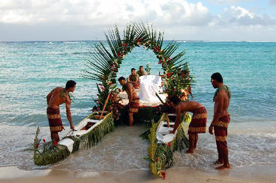 Sinalei Reef Resort & Spa: Our amazing Samoan wedding canoe!