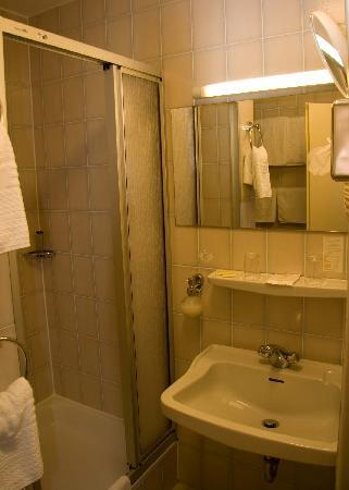 Avia Hotel: The Bathroom