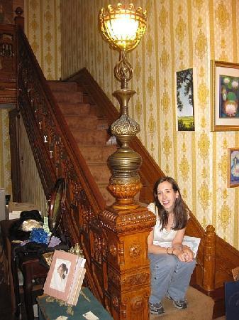 DeFeo's Manor B&B: Ornate staircase