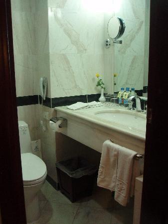 Quoc Hoa Hotel Hanoi: バスルームも清潔感あり