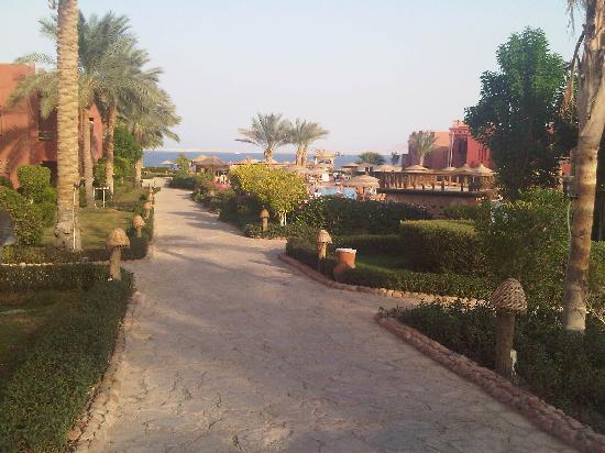 Charmillion Gardens Aqua Park: Walk to the beach through Sea Life