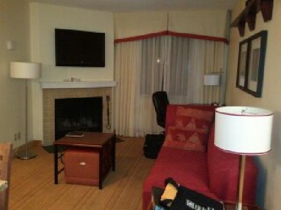 Residence Inn Boston Tewksbury/Andover: Living Room with Fireplace
