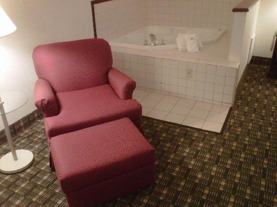 Hampton Inn Richfield: Lounge chair and jacuzzi
