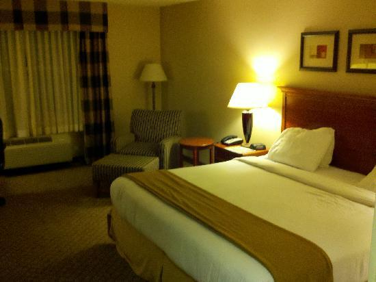 Holiday Inn Express Hampton South - Seabrook: Bed