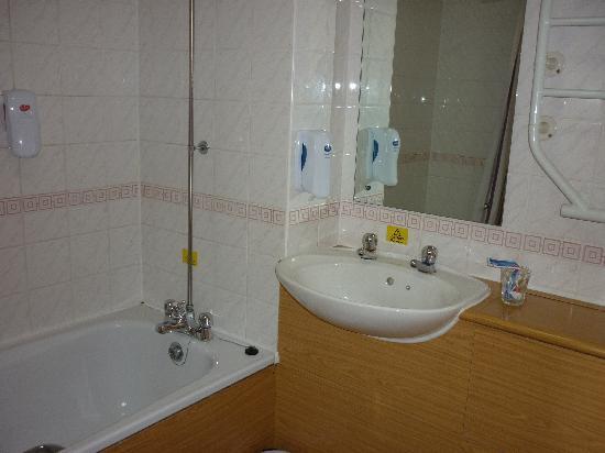 Premier Inn Dudley (Kingswinford) Hotel: The Bathroom