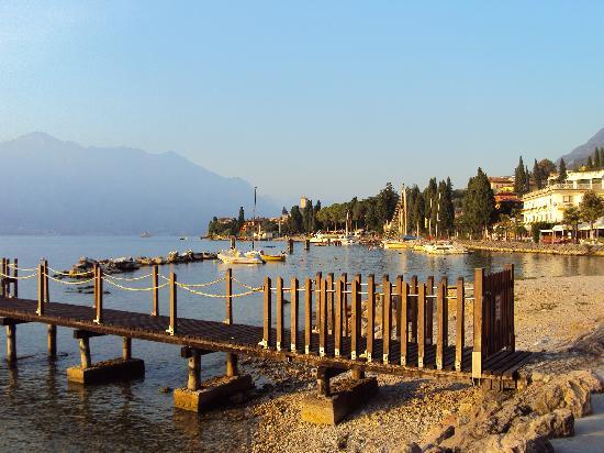 Hotel Benacus Malcesine: View along the lake