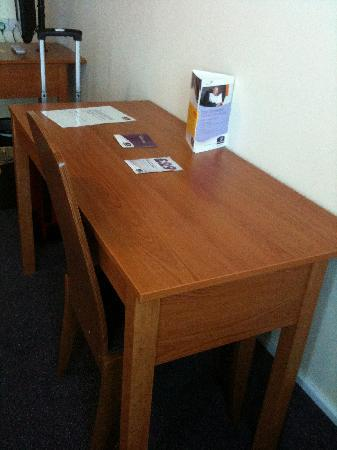 Premier Inn Cardiff North Hotel: Desk