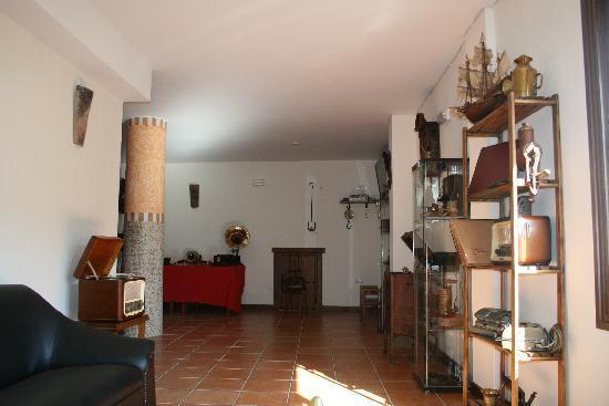 Hotel Al-Andalus : Sala de antiguedades dentro del Hotel