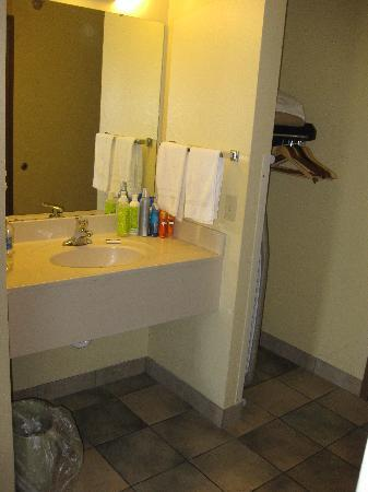 Commodore Resort: sink area