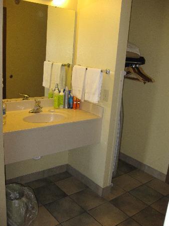Commodore Resort : sink area