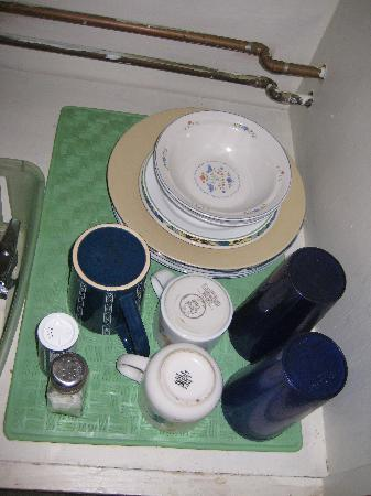 Litson Villas: small supply of dishes