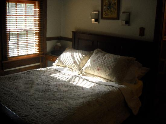 The Inn at the Crossroads: Bedroom of Summer Kitchen Cottage