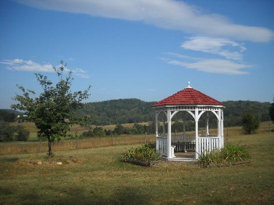 The Inn at the Crossroads: Gazebo overlooking beautiful neighboring farm