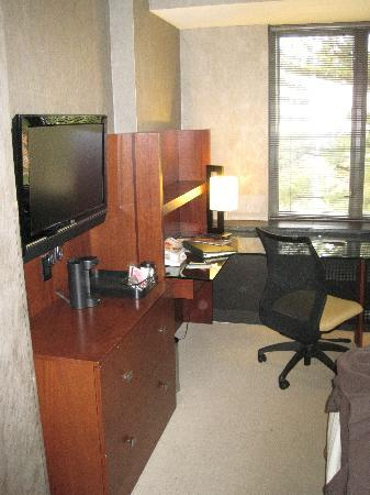 Kellogg Hotel And Conference Center: HDTV & Desk Area