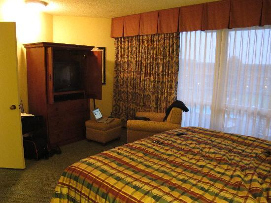 Pasco, WA: Soft bed, odd pillows and comfy chair with ottoman
