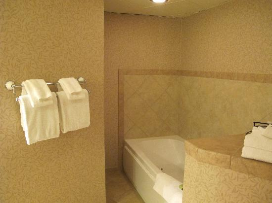 Pasco, WA: Strange spa tub tucked around a corner in the bathroom