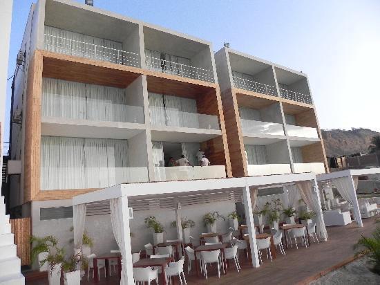 Mancora Marina Hotel: Eating at the beach