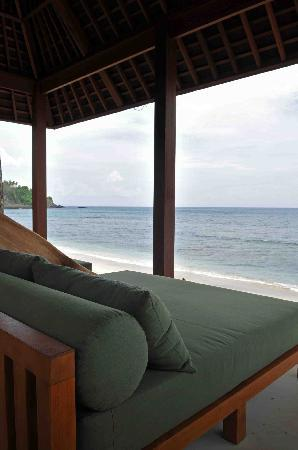 Qunci Villas Hotel: Relaxing on the beach in front of the hotel