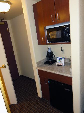 Holiday Inn Express Dinuba West : Fridge and microwave